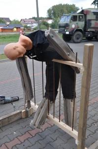Człowiek nadziany na ogrodzenie