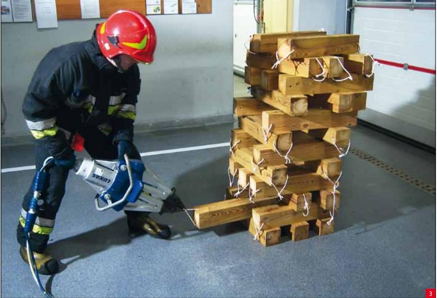 Jenga strażacka za pomoca rozpieracza