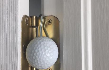 Blokowanie drzwi piłeczką golfową patent dla strażaków